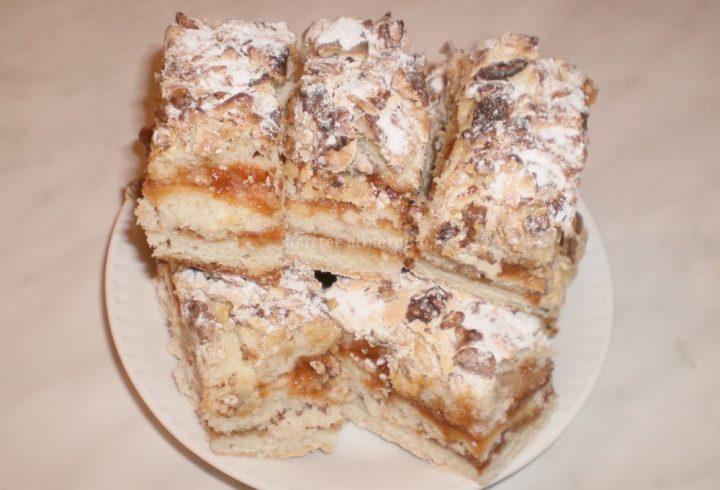 Prăjitură cu gem de caise şi nucă