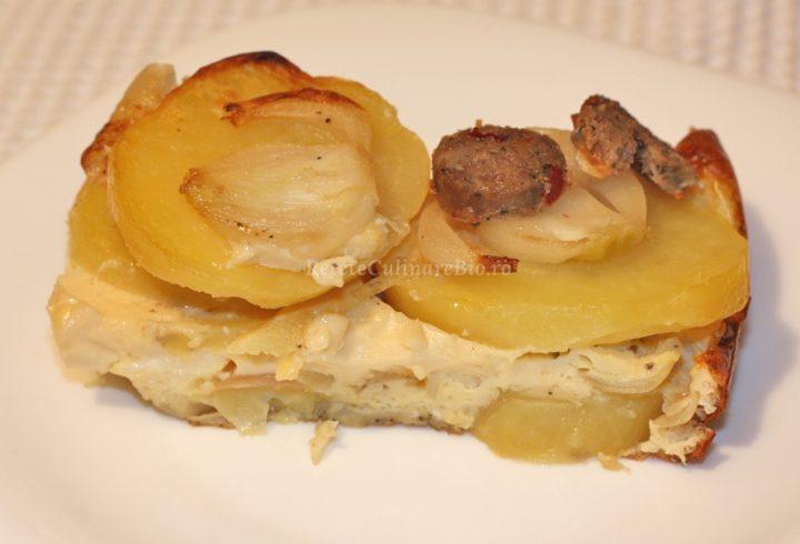Cartofi cu cârnaţi la cuptor