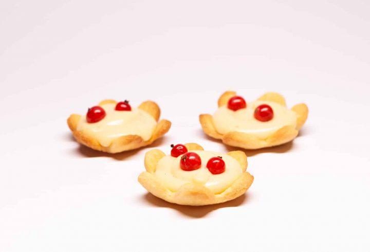 Mini tarte cu cremă de vanilie și fructe