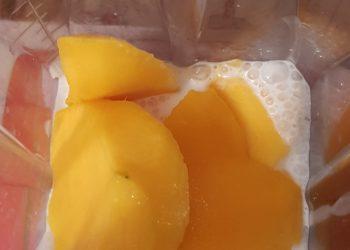 adăugăm bucățile de mango