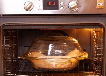 introducem vasul yena cu aluatul de pâine la cuptor