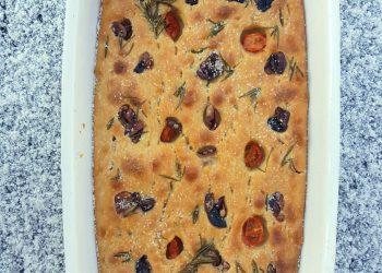 Focaccia cu maia, cu rozmarin, roșii cherry și măsline