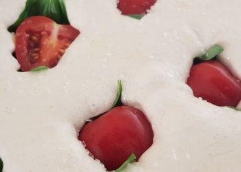 Busuioc verde și roșii cherry în focaccia