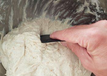 dezlipim aluatul de pe pereții bolului cu ajutorul unei raclete